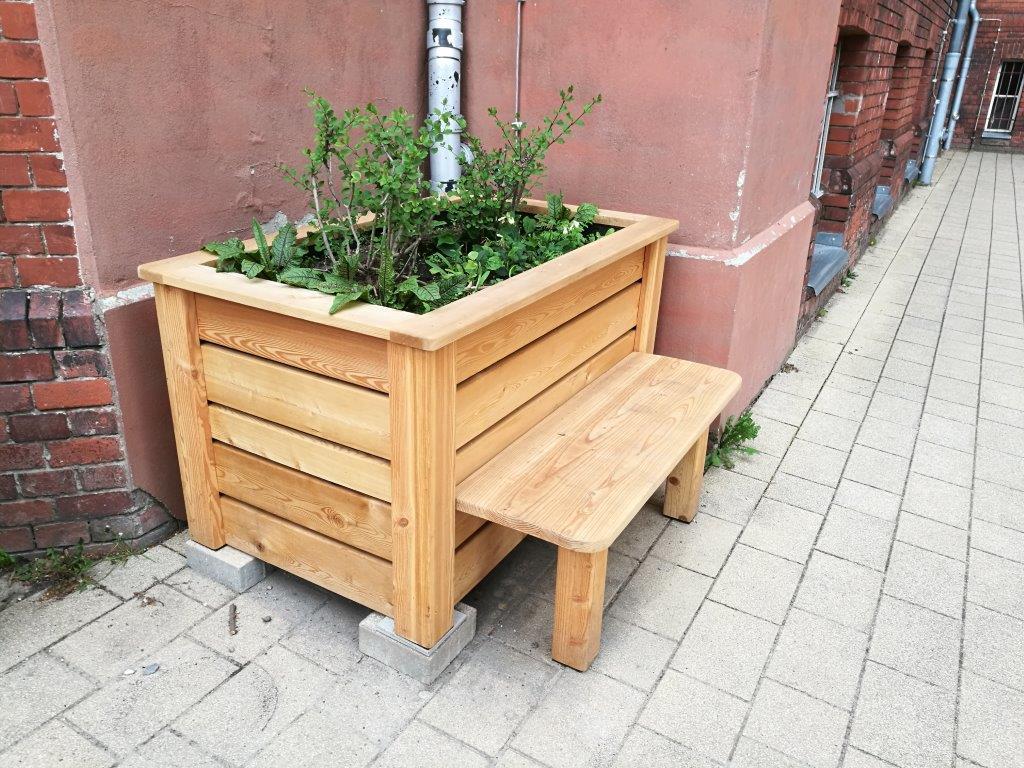 Hochbeet Klassik, Bank, Steinwand, Pflanzen